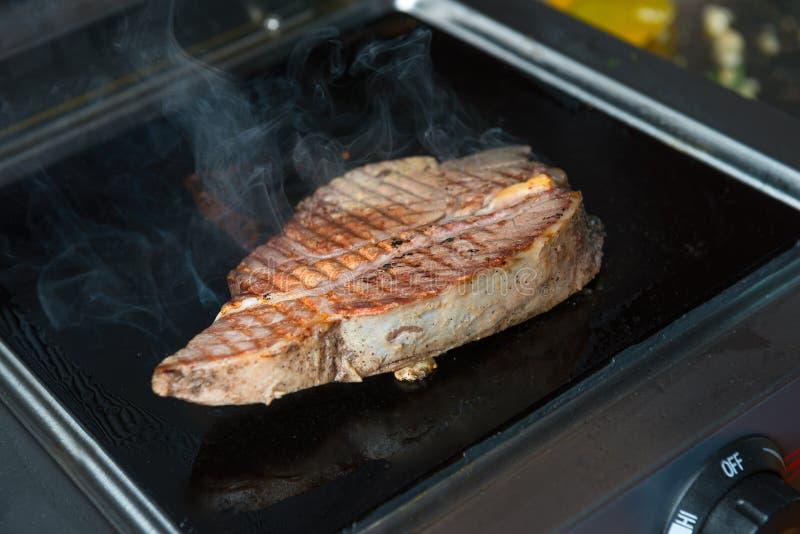 close-uplapje vlees op de grill stock afbeelding
