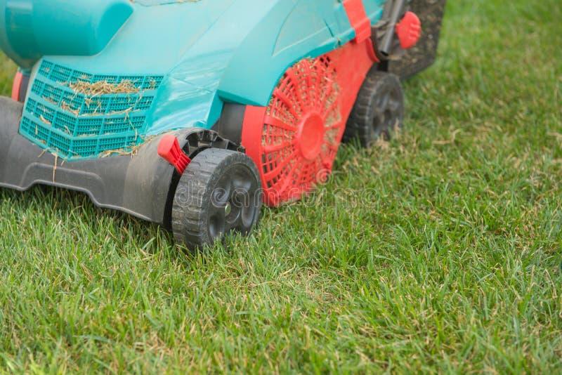 Close-upmachine om het gras op een gazon te snijden royalty-vrije stock foto's