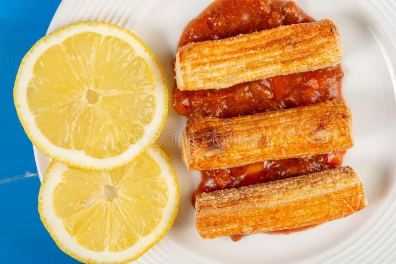 Close-upmacro van Fried Surimi Sticks With Lemons op de Plaat royalty-vrije stock foto's