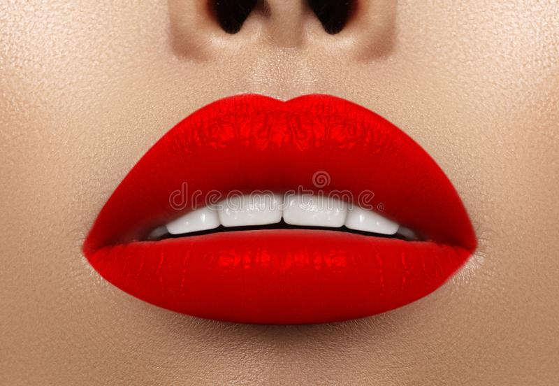 Close-upmacro van vrouwelijke mond wordt geschoten die De sexy Make-up van Glamour rode lippen met sensualiteitgebaar Bloedige li royalty-vrije stock foto