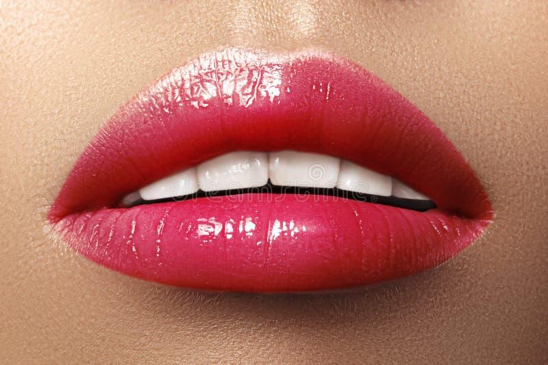 Close-upmacro van vrouwelijke mond wordt geschoten die De sexy Make-up van Glamour rode lippen met sensualiteitgebaar Magenta pol royalty-vrije stock foto