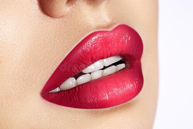Close-upmacro van vrouwelijke mond wordt geschoten die De sexy Make-up van Glamour rode lippen met sensualiteitgebaar Magenta pol stock foto