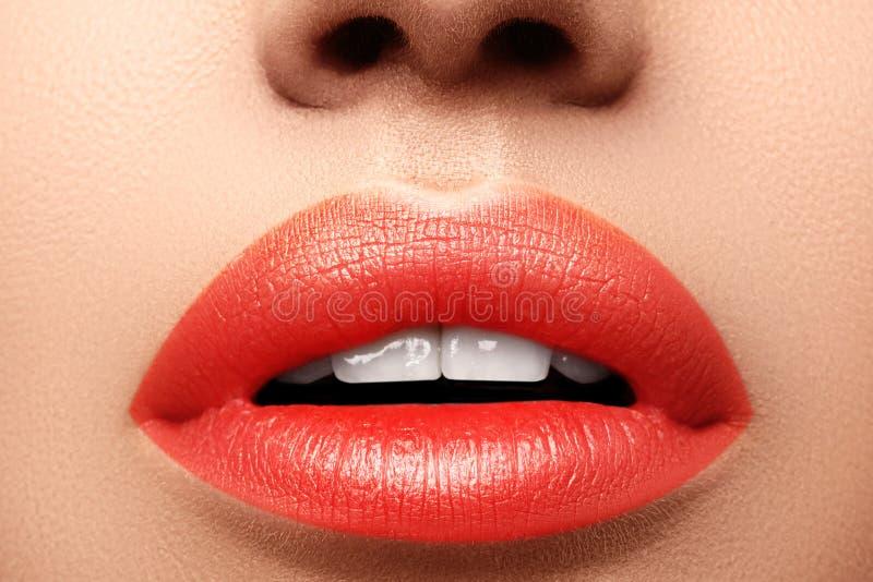 Close-upmacro van vrouwelijke mond wordt geschoten die De sexy Make-up van Glamour rode lippen met sensualiteitgebaar Oranje kleu stock afbeeldingen