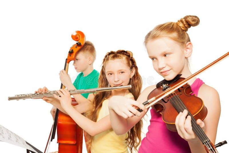 Close-upmening die van jonge geitjes muzikale instrumenten spelen royalty-vrije stock fotografie
