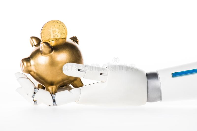 close-upmening die van robotachtig wapen gouden spaarvarken met bitcoin houden stock foto