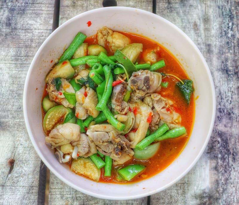 Close-upmening, hoogste mening, Thais voedsel, kippenkerrie met aubergine, Spaanse pepers en lange boon, kruidig aroma, Thais voe royalty-vrije stock foto's