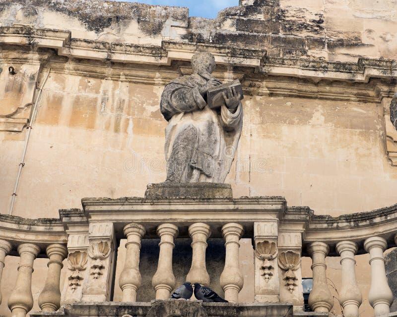 Close-upmening van één van 3 standbeelden van heilige op een balkon bij de ingang aan Piazza del Duomo, Lecce royalty-vrije stock foto's