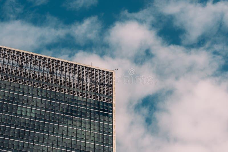Close-upmening van abstracte buitenkant van het Hoofdkwartier van de Verenigde Naties in de Uit het stadscentrum Stad van Manhatt stock foto's