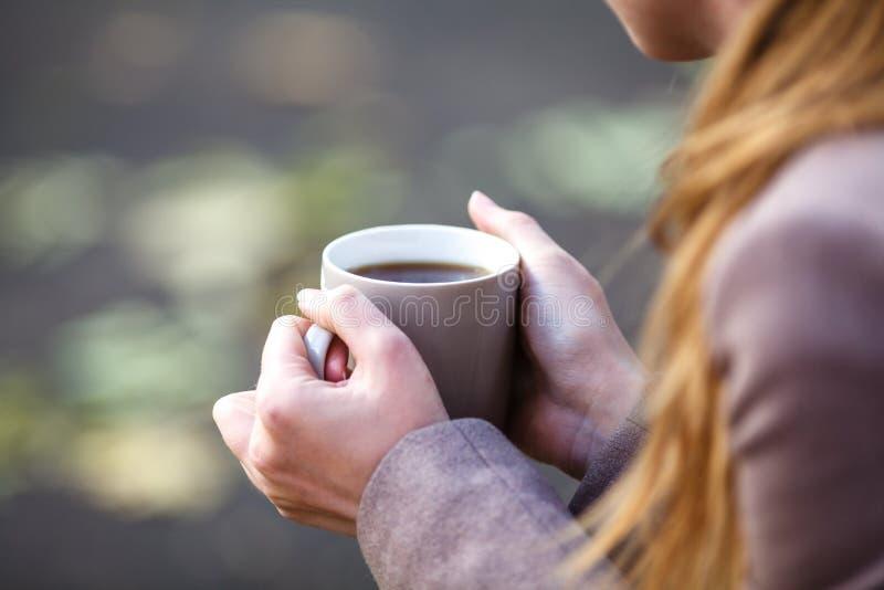 Close-upmening van beschikbare kop van koffie of thee in de hand van de vrouw royalty-vrije stock afbeelding