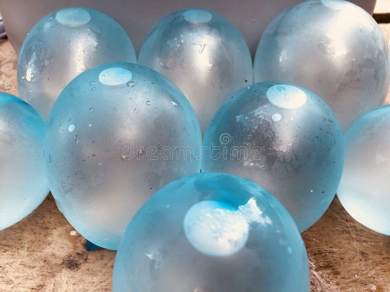 close-upmening van blauw met water natte mini, kleine ballons die wordt gevuld royalty-vrije stock afbeelding