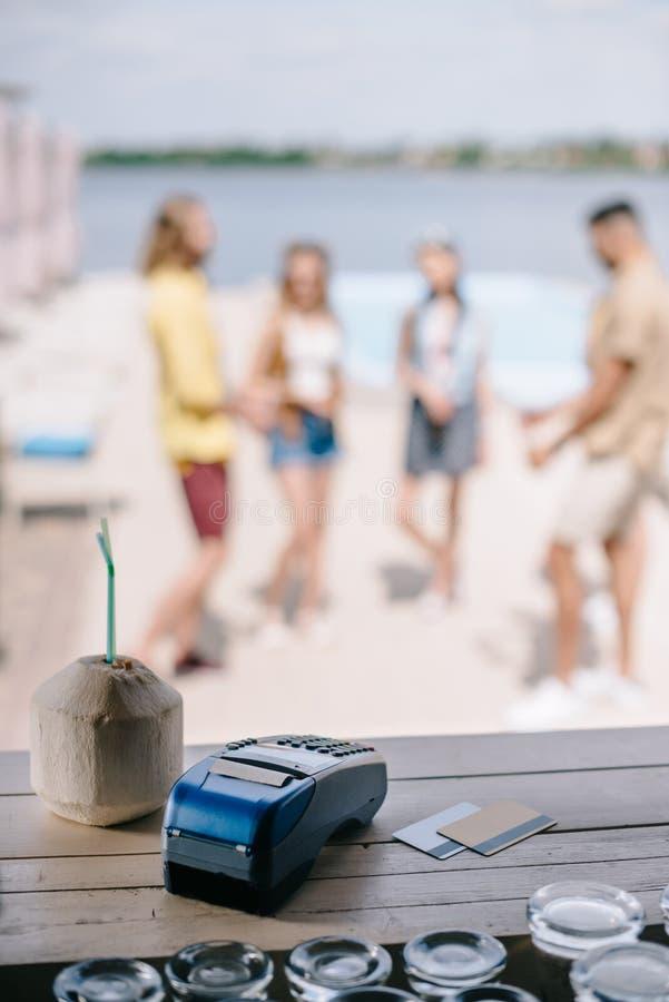 close-upmening van cocktail, creditcards en betalingsterminal op houten barteller royalty-vrije stock foto