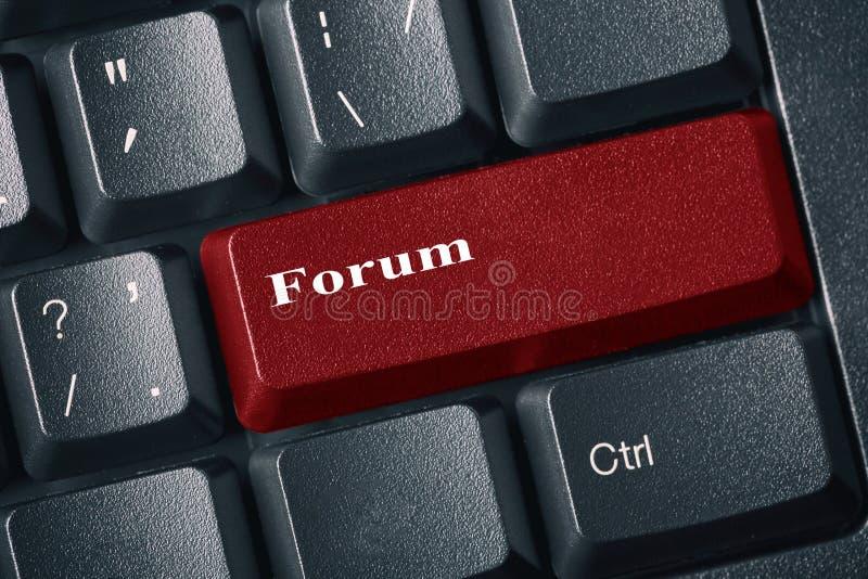 Close-upmening van conceptueel zwart toetsenbord Rode knoop met inschrijvingsforum Internet-forum en besprekingsconcept stock afbeelding
