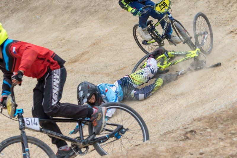 Close-upmening van dalende jonge fietsraceauto stock foto