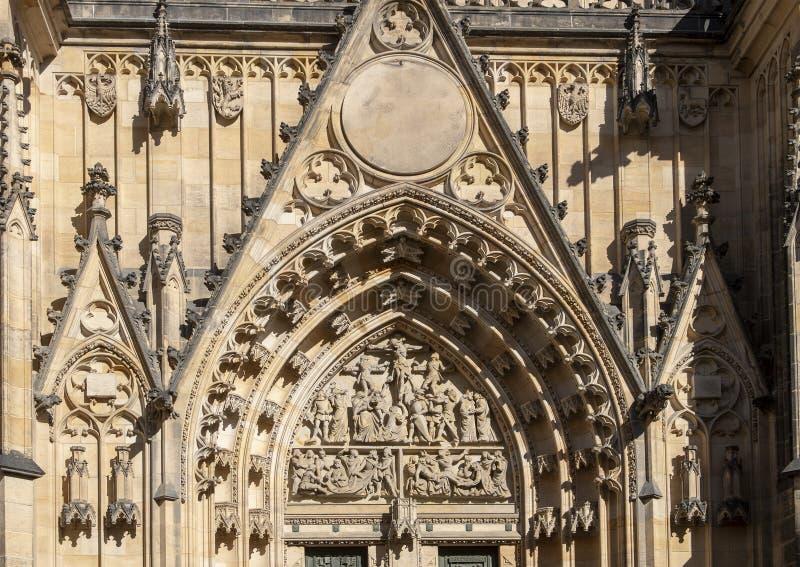 Close-upmening van de Grote het Westendeur, St Vitus Kathedraal, het Kasteel van Praag, Tsjechische Republiek stock foto