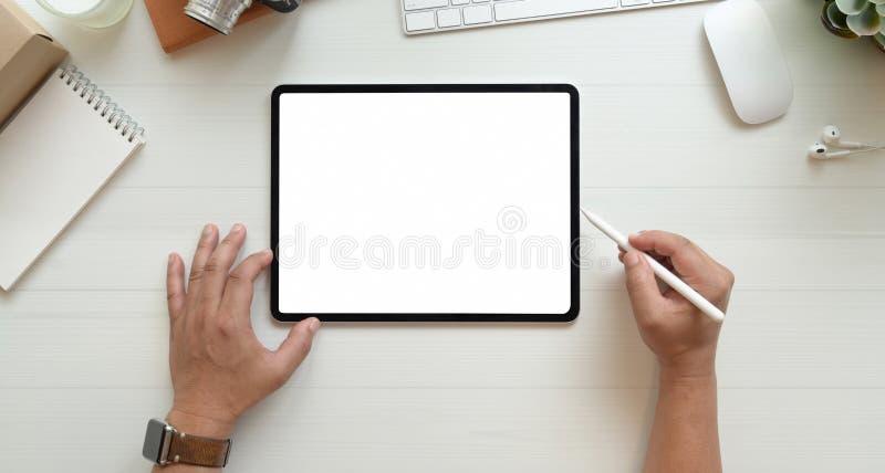 Close-upmening van de handen die van de fotograaf beelden uitgeven stock fotografie