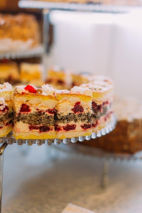 Close-upmening van de heerlijke cake met kersen op de tribune royalty-vrije stock fotografie