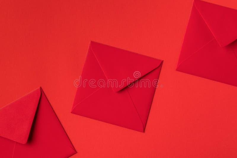 close-upmening van decoratieve feestelijke rode enveloppen royalty-vrije stock afbeeldingen