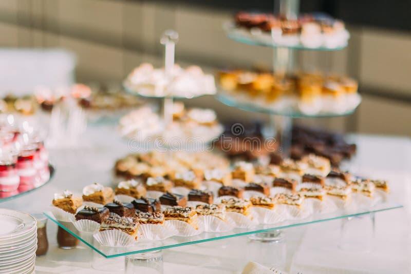 Close-upmening van dessertbuffet met heerlijke zoete bakkerij en koffie-schokken stock afbeelding