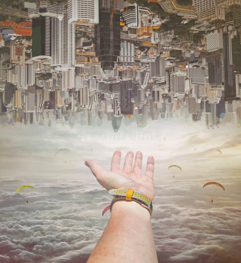 Close-upmening van een hand van een persoon in hemel van wolken royalty-vrije stock afbeeldingen