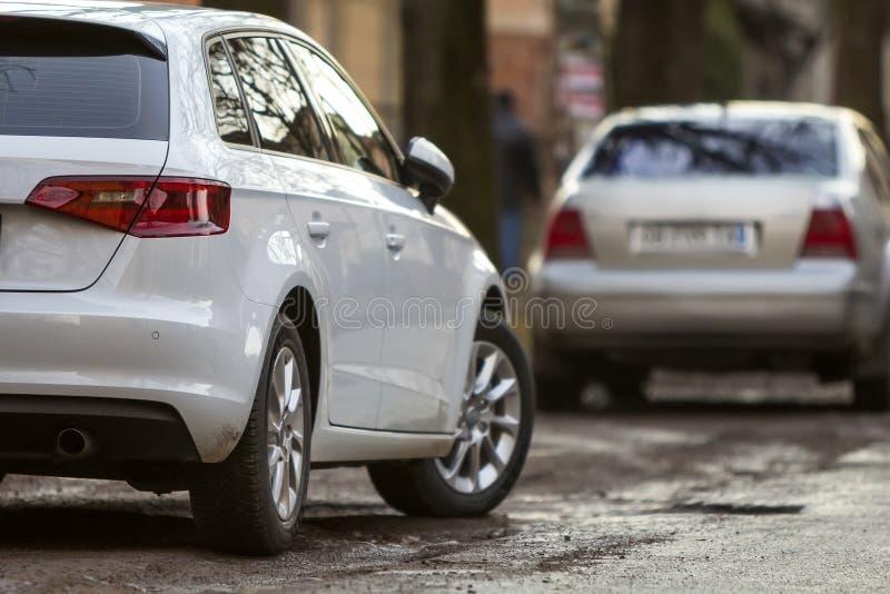 Close-upmening van een nieuwe moderne auto die aan de kant van stre wordt geparkeerd stock foto