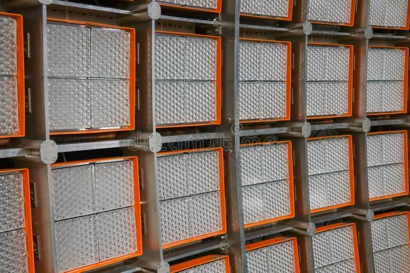 Close-upmening van een reuze LEIDENE muur voor het testen van zonnemachtssystemen in een groot laboratorium royalty-vrije stock afbeelding