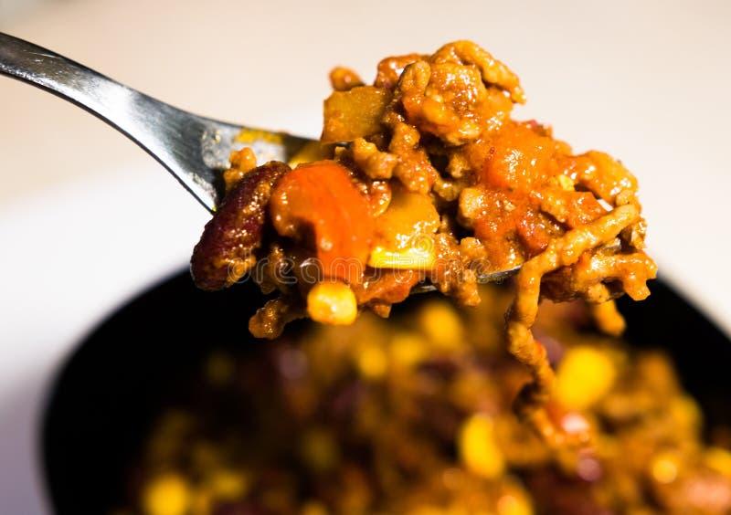Close-upmening van eigengemaakt chili con carne op een vork royalty-vrije stock afbeelding