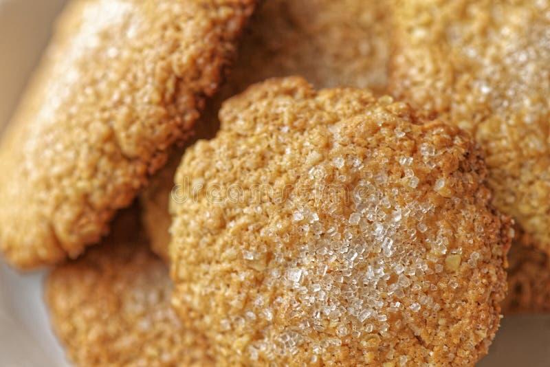 Close-upmening van Eigengemaakte Koekjes Macrofoto van de cake van de bakkerijhaver Havermeelkoekjes op witte plaat stock foto's