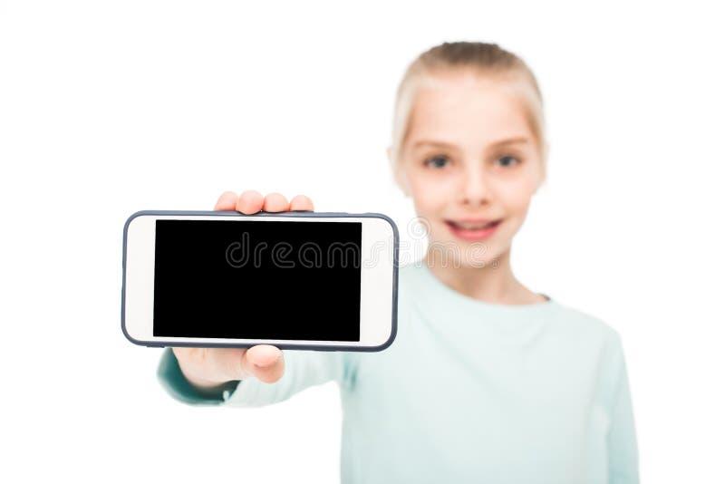 close-upmening van gelukkige smartphone van de meisjeholding met het lege scherm stock fotografie