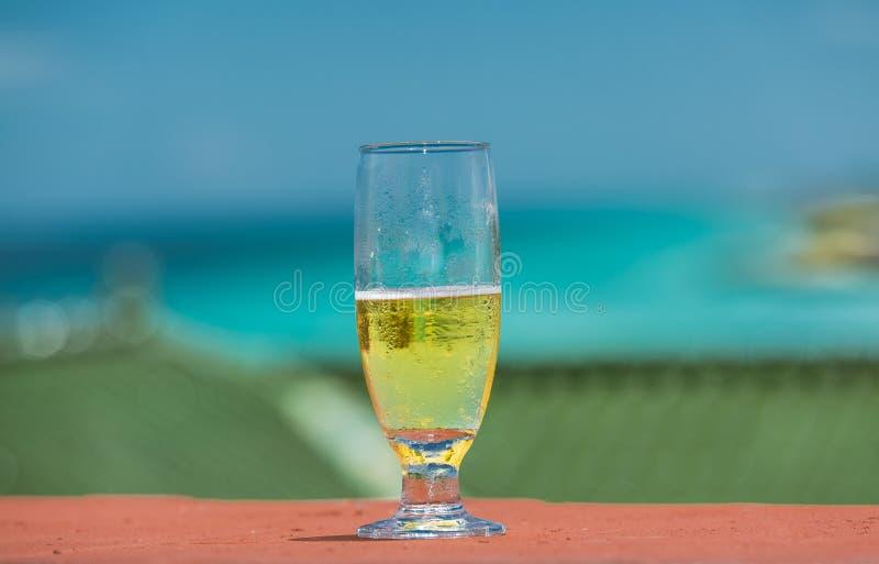 Close-upmening van half volledig glas met lichtgeel stock afbeelding