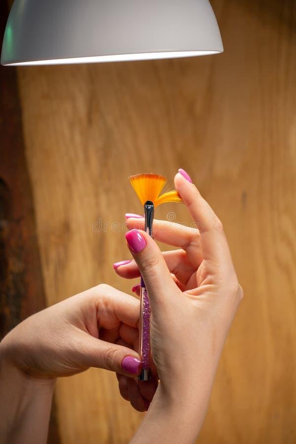 Close-upmening van handen met manicure van jonge vrouw stock foto