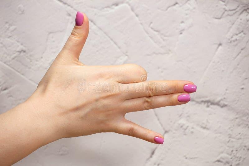 Close-upmening van handen met manicure van jonge vrouw stock fotografie