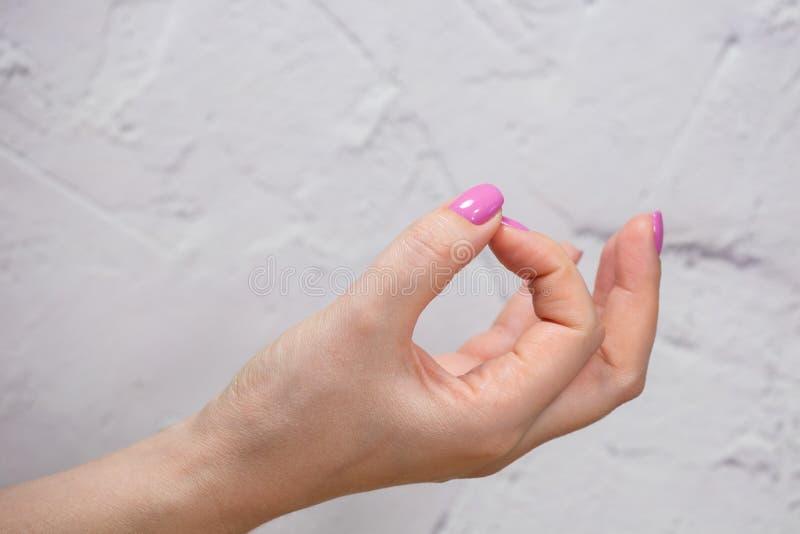 Close-upmening van handen met manicure van jonge vrouw stock foto's