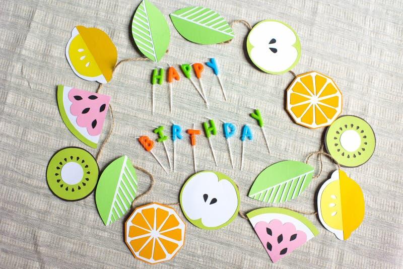 close-upmening van het kleurrijke gelukkige verjaardag van letters voorzien van kaarsen en document decoratie op lijst royalty-vrije stock afbeelding