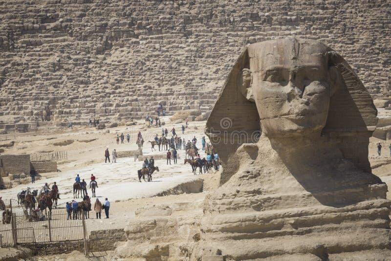 Close-upmening van het Sfinxhoofd met piramide in Giza dichtbij Kaïro, royalty-vrije stock afbeeldingen