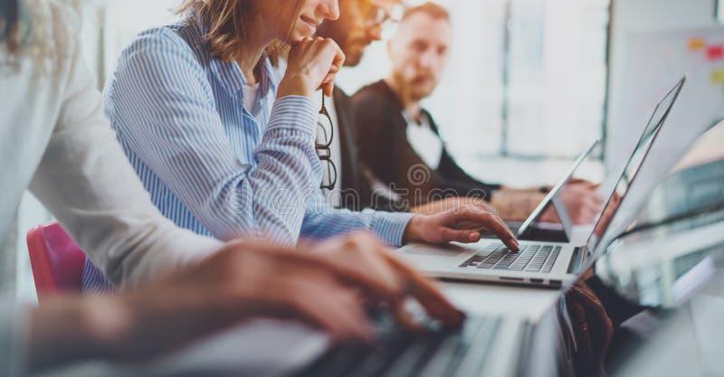 Close-upmening van jonge Medewerkers die aan nieuwe bedrijfspresentatie bij zonnige vergaderzaal samenwerken Horizontale Breed stock afbeeldingen