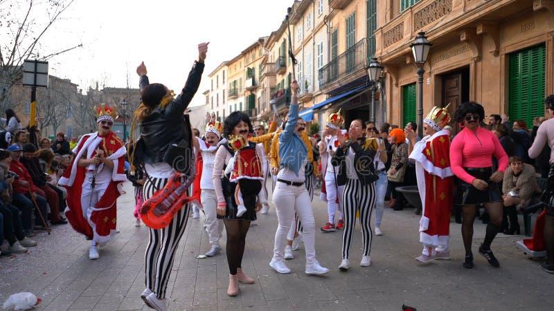 Close-upmening van jongeren in retro kostuums met gitaren die pret op de straat hebben tijdens Carnaval Art Carnaval royalty-vrije stock foto