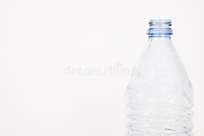 Close-upmening van lege plastic fles over witte achtergrond stock foto's