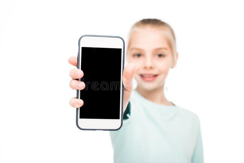 close-upmening van leuke smartphone van de meisjeholding met het lege scherm stock foto
