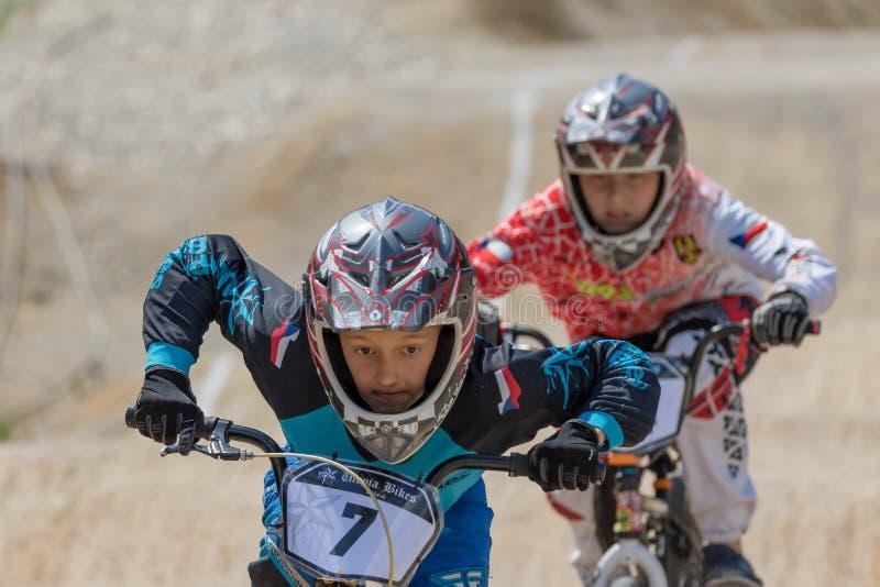Close-upmening van mannelijke fietser twee bij het ras royalty-vrije stock afbeeldingen