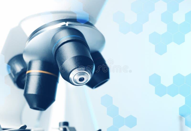 Close-upmening van moderne microscoop met verschillende lenzen Chemisch onderzoek stock afbeelding