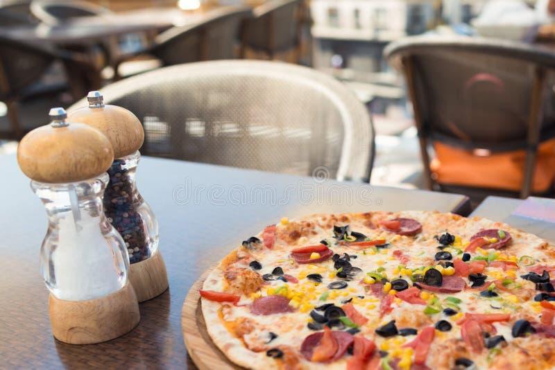 Close-upmening van mooie schotel klaar te eten Pizza op de lijst royalty-vrije stock afbeeldingen