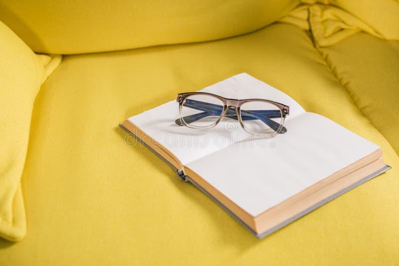 close-upmening van oogglazen en boek met blanco pagina's stock afbeeldingen