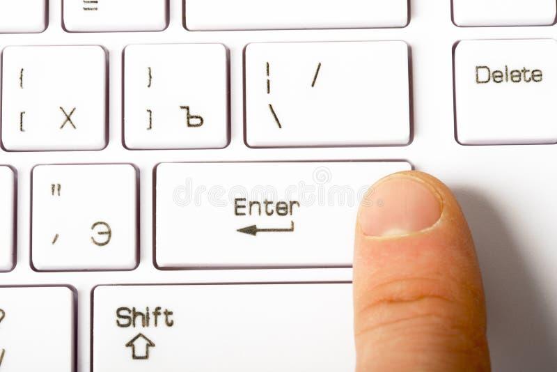 Close-upmening van toetsenbord met menselijke vinger stock afbeeldingen