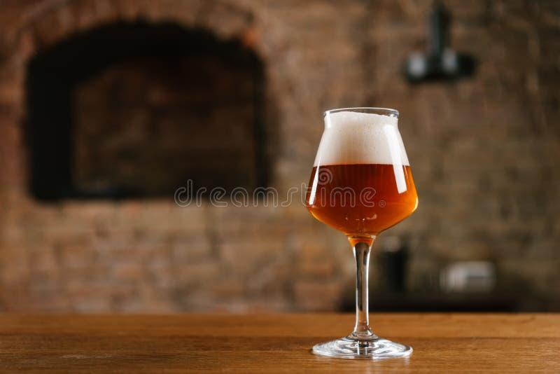 close-upmening van vers koud bier in glas op houten lijst royalty-vrije stock fotografie