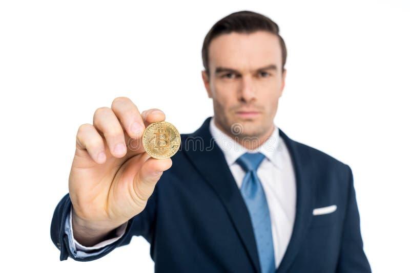 close-upmening van zakenmanholding bitcoin en bekijkend camera royalty-vrije stock foto