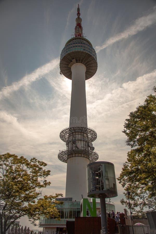 Close-upmeningen van de Toren van N Seoel, Zuid-Korea stock afbeelding