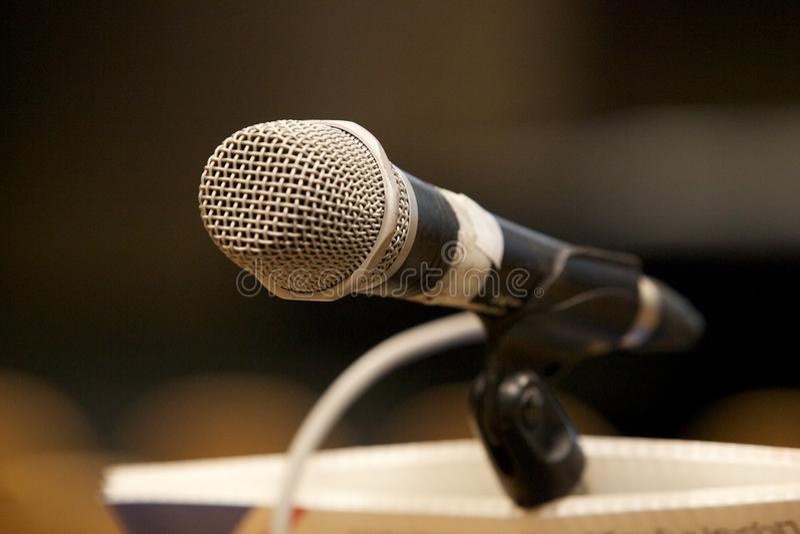 Close-upmicrofoon in zaal stock fotografie