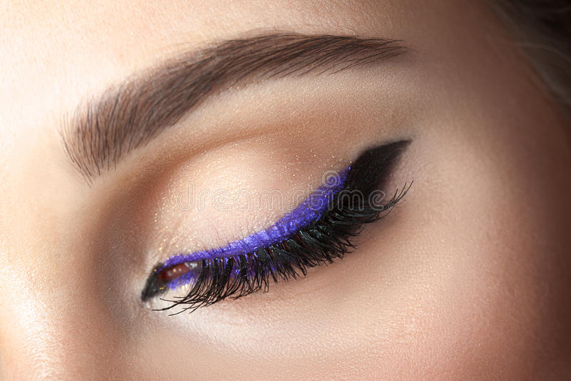 Close-upoog met make-up - pijlzwarte en sering royalty-vrije stock foto