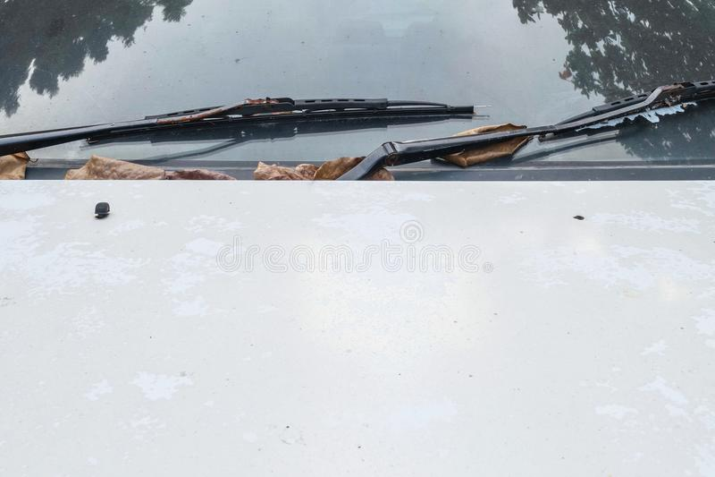 Close-upoppervlakte bij de bonnet van oude witte auto geweven achtergrond met exemplaarruimte royalty-vrije stock afbeelding