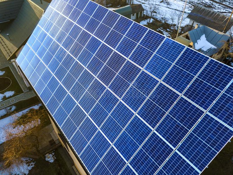 Close-upoppervlakte van aangestoken door voltaic de panelensysteem van de zon blauw glanzend zonnefoto bij de bouw van dak Vernie stock foto